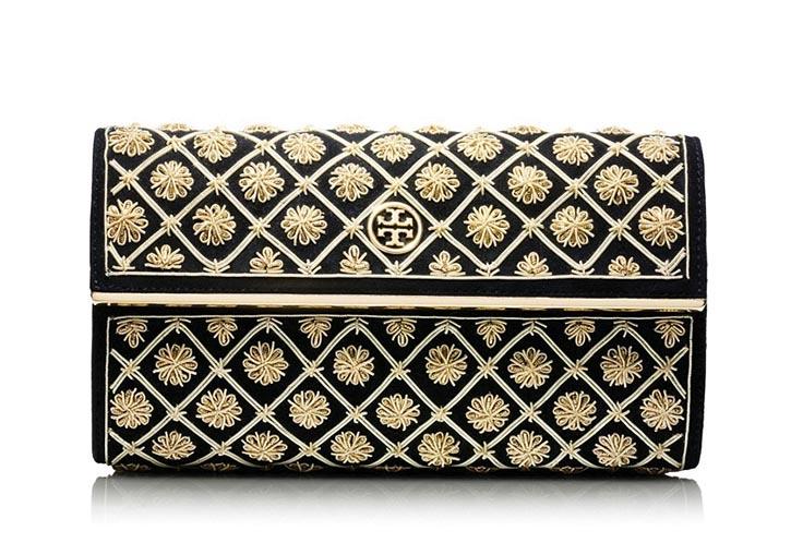 湯麗柏琦手包 US$395 與湯麗柏琦外套的貴族之風相應,華麗高貴的金屬貼花,讓布衣便裝也瞬間生輝。 toryburch.com