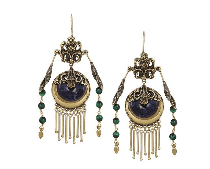 艾綽鍍金耳環 US$535 復古華麗的設計映射著大膽而多彩的內心,高貴的冷色調蘊含著極富存在感的內涵。 net-a-porter.com