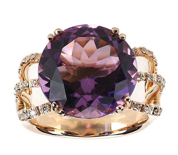 伯克斯紫水晶鑽石戒指$3,450 經典的設計,讓紫水晶的美麗在鑽石的眾星捧月下,盡情揮灑。一款讓女人難以拒絕的戒指。 At Birks, maisonbirks.com