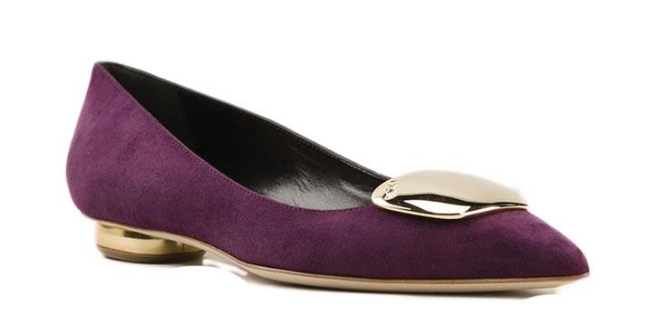 魯伯特.桑德森平底鞋 $843 紫色的麂皮搭配金色的鞋底,華麗而端莊。經典的芭蕾舞鞋款式,無論是穿牛仔褲還是鉛筆裙,都盡顯優雅。 farfetch.com