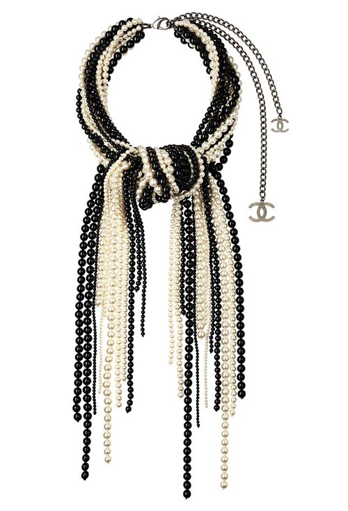 香奈兒多層珍珠項鍊 Price Upon Request 大膽而精緻的雙色設計,使其成為不可忽視的時尚宣言。搭一款心儀的羊絨衫,就足以驚豔。 At Chanel Boutique, chanel.com, 778 329 0338