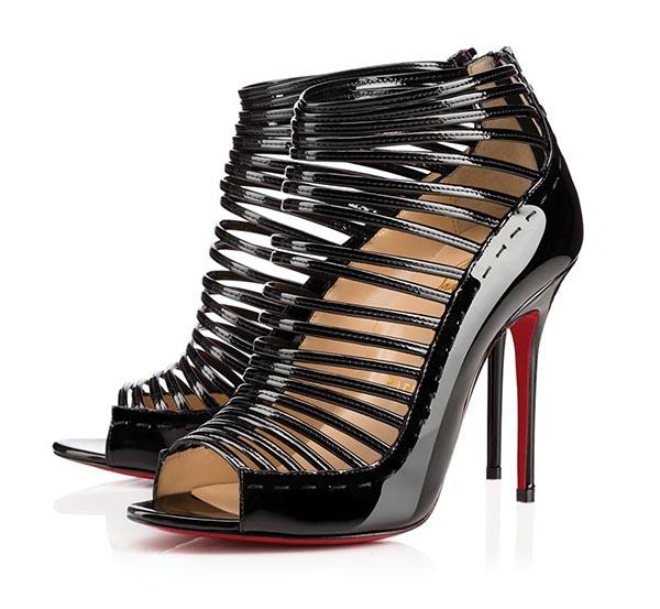 克里斯提.魯布托皮涼鞋 US$1,195* 喜歡高挑造型的女士,這款華麗的露趾涼鞋一定可以加分。漆皮光面和拼接設計帶來的獨特時尚感,一定會讓妳脫穎而出。 chrsitianlouboutin.com
