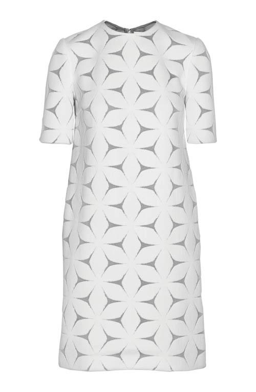 Victoria Beckham 維多利亞·貝克漢姆裙子US$1,235 為傳統的緹花和蕾絲賦予了時代的新意,簡潔款式適應各種場合。搭配黑色的配飾或是色彩絢麗的珠寶,正是潮流之選。 Net-a-porter.com