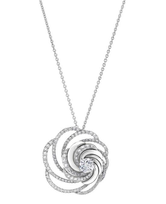 De Beers 戴比爾斯鑽石項鏈 $19,800 如嬌柔的花瓣,如飛揚的舞裙,當中一顆0.7克拉的美鑽,是萬眾矚目的閃耀明星。 At De Beers Boutique, 604 235 5555