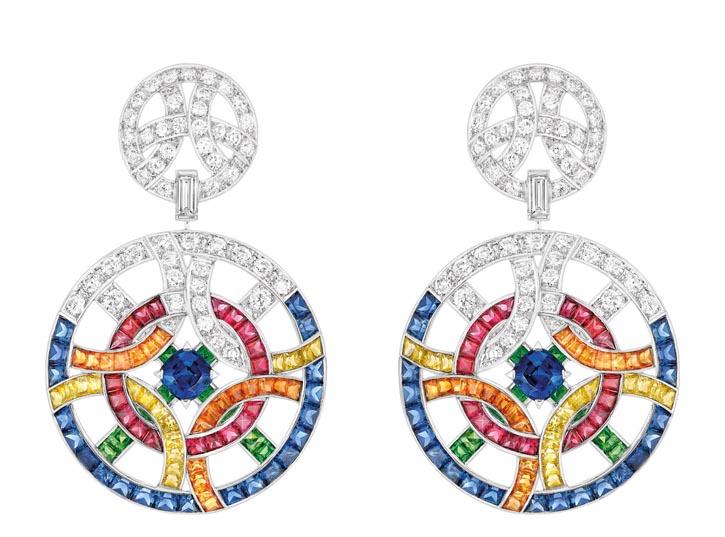 香奈兒耳環 Price Upon Request 圓環的造型讓色彩繽紛的寶石更加躍動起來,在透明美鑽的映襯下,煥發出活力的光彩。 chanel.com, 778 329 0338