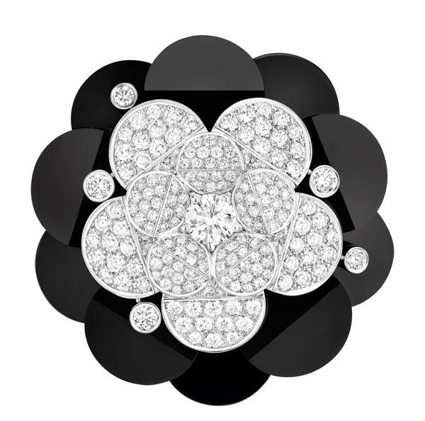 香奈兒胸針 Price Upon Request 在簡單的黑與白之間,用變幻的線條,詮釋出盛大的氣氛,這才是這款 「燕尾服」胸針的真諦。 At Chanel Boutique, chanel.com, 778 329 0338