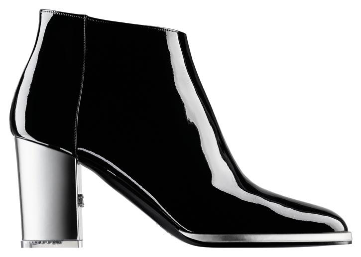 香奈兒短靴 $1,400 簡潔的款式無法掩飾漆面牛皮靴的精緻時尚,銀白色的粗跟與黑色鞋面形成鮮明對比,營造出懸浮於空中般的視覺效果。搭配中長裙和寬鬆褲,率性風格呼之欲出。 At Chanel Boutique, chanel.com, 778 329 0338