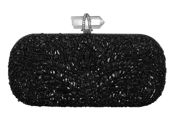 瑪切薩手包 US$2,995 穿上黑色的禮服,攜上這款如夜之精靈的手包,豐富的紋理和細節裝飾,水晶的閃耀和通透,在月色下盡顯高貴神秘。 Net-a-porter.com