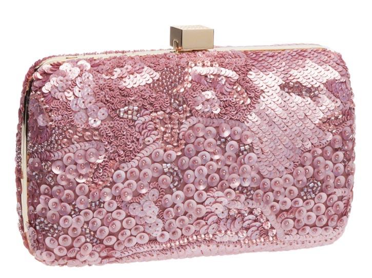 艾莉.薩博手包 Price Upon Request 閃閃發光的粉紅色小亮片,簡潔的金色方形紐扣,端莊大方的小羊皮手包,讓優雅再度升級。 Eliesaab.com