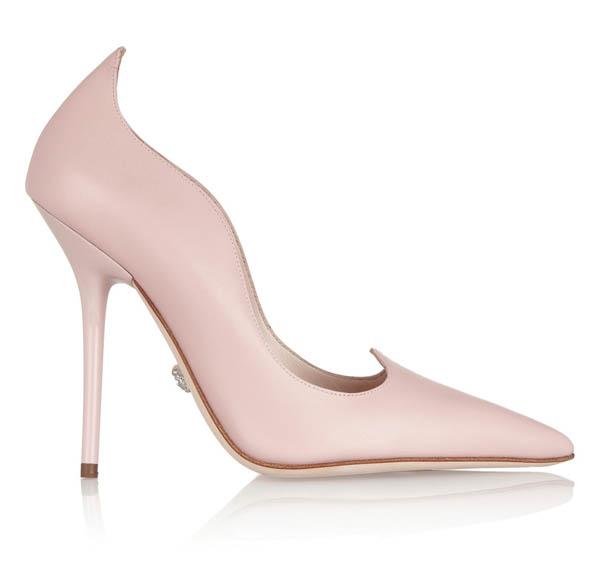 範思哲高跟鞋 US$1,075 粉色的高跟鞋,配合貝殼般起伏的弧線,讓浪漫的波濤縈繞著雙腳,無論穿上優雅的套裝,還是舒適隨意的牛仔褲,都會展現出不同以往的風韻。 versace.com