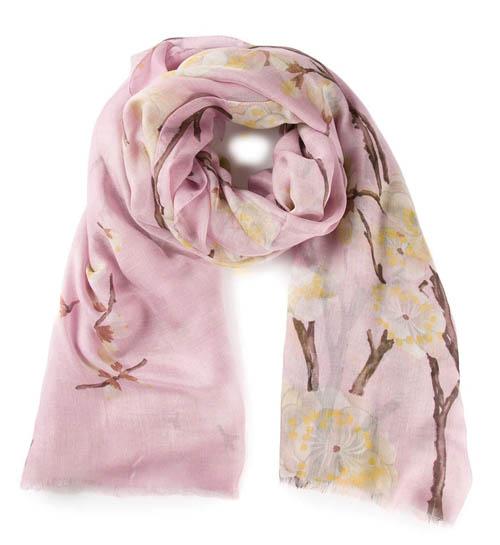 奧斯卡·德拉倫塔圍巾 US$839 將櫻花綻放的美麗春天環繞在頸間,柔軟舒適的羊絨會帶給您一季的溫暖。 Farfetch.com