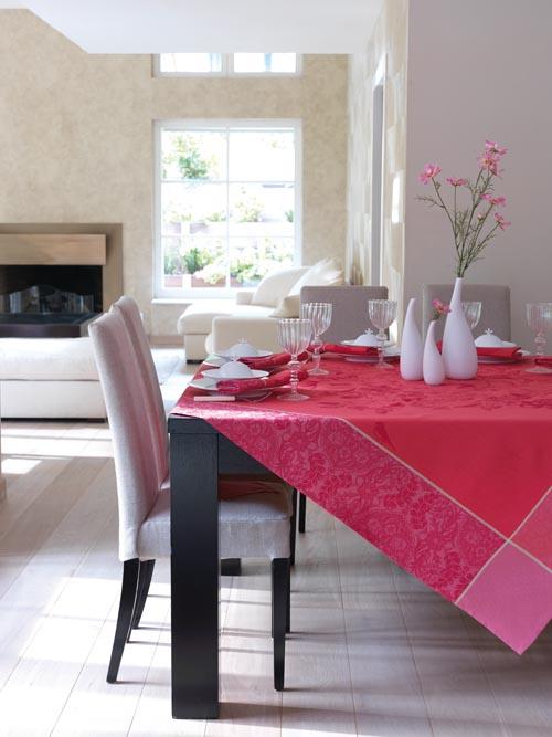 紫色和紅色的富麗堂皇,花鳥和瓜果的精美圖案。用在何種場合都會將喜慶和熱烈的感覺帶動起來,讓一場盛宴就此開場。
