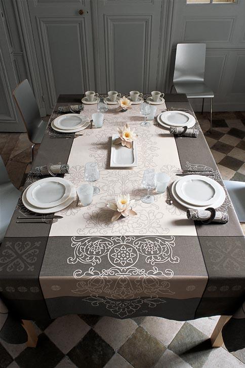 灰色和米色的背景上,承載起華麗的古典歐式圖案。高貴優雅的設計,讓原本平凡的環境,也能展露出不同凡響的氣場,如果想在家中接待重要的客人,不妨選擇此款桌布來彰顯主人您的不俗品位吧!