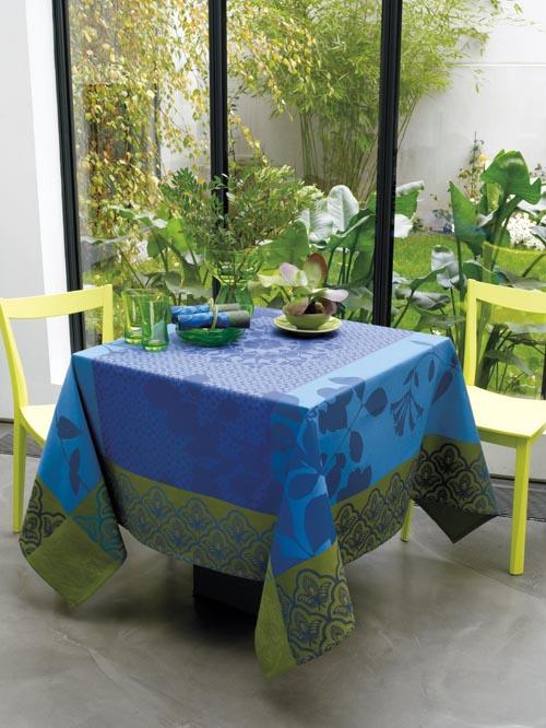 明豔的湖藍和草綠色,在相互的交織和映襯下,營造出湖光山色的美麗景緻。在倡導綠色環保的趨勢下,可以嘗試用此款桌布來為家中增添一份大自然的華美。
