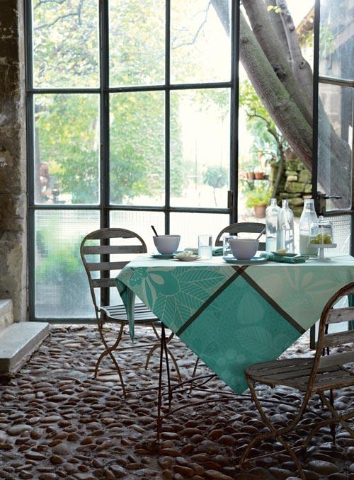 薄荷綠的清新味道,在大塊的方格中,更顯得亮麗可人,活潑灑脫的植物圖案,突出了大自然的氣息。無論是在早餐室內迎接清晨的第一縷陽光,還是在夏日午後的庭院裏飲一杯淡淡的綠茶,都可以用這清爽的背景色喚醒慵懶的身心。