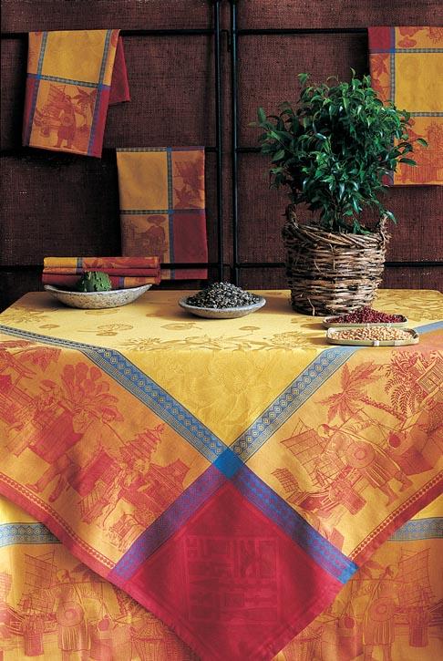 明黃、橘紅和梅紅的大膽碰撞,再用精緻的湖藍線條有序分割。舊時碼頭上的風情繪畫,充滿了生活的氣息卻又有歷史的濃重之感,在熱帶花卉般的艷麗色彩映襯下,如一幅畫卷般醒目地鋪設在餐桌之上。如此獨具匠心的設計,只能用在不拘一格的主人身上,讓前來赴宴的嘉賓們都意外的接收到這份驚喜。