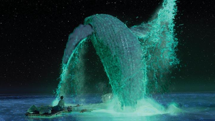 電影《少年Pi的奇幻漂流》中的一幕。夜間,海面因為浮游生物而螢光閃閃,一頭鯨魚從海中躍起。