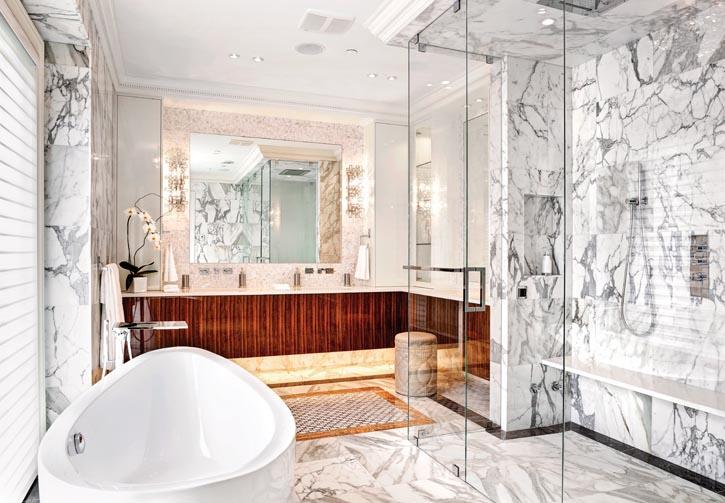 意大利Carrera白色大理石,精緻的訂製木材面板,施華洛世奇水晶壁燈,讓主臥室的浴室散發出奢華舒適的氣息。