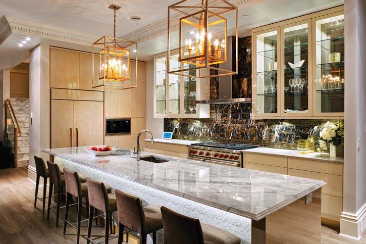 廚房的色調相對穩重,深色大理石牆面,精美的訂製木工,金色的馬賽克嵌面和啞光的不鏽鋼設施交相輝映。