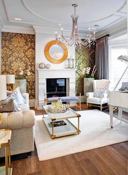 富麗堂皇的織錦壁紙與客廳內色彩柔和的沙發、地毯、鋼琴等,營造出視覺上的層次感。