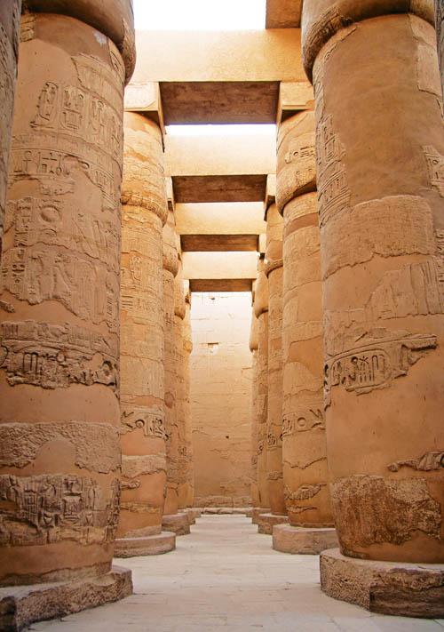 卡納克神廟內,頂天立地的巨大石柱,上面有精細的雕刻。這座古埃及最大的神廟距今約有3,500年的歷史。Photo by Janice and George Mucalov