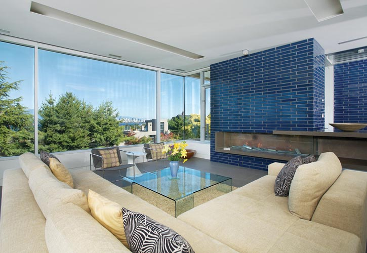 藍色的玻璃磚牆在客廳裏依然佔據著人們的視野,開放式的設計理念在這裏得以延續。