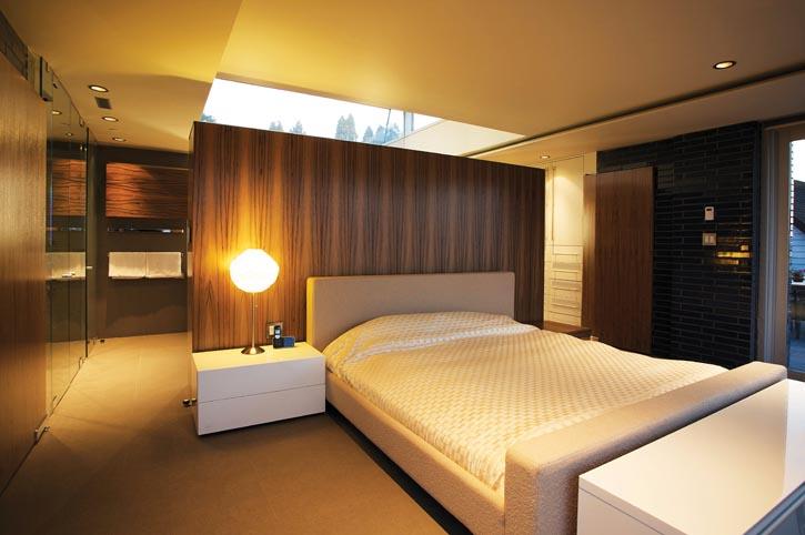 設計師智慧地將主臥套房內的浴室、臥室、更衣區等用衣櫃劃分開來,更讓浴室和衣帽間融為一體,節省空間又不損失功能性。