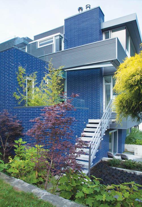 被設計師戲稱為「拉鏈」的鈷藍色玻璃磚,整齊地包裹著整棟房屋的外牆,與玻璃和金屬材質營造出這艘生活的航船。