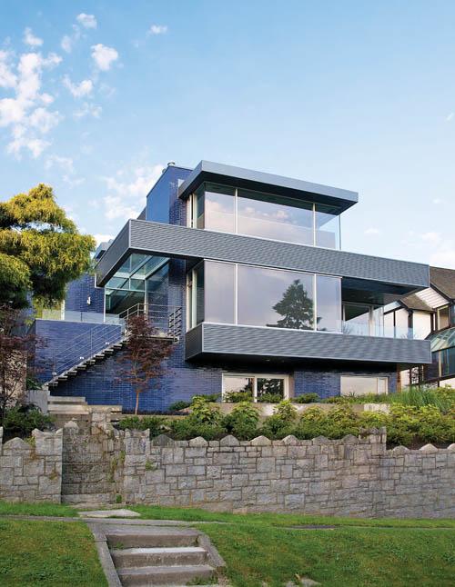 設計師為主人精心打造的現代風格住宅,如一道藍色的風景線,矗立在溫哥華的Point Grey。
