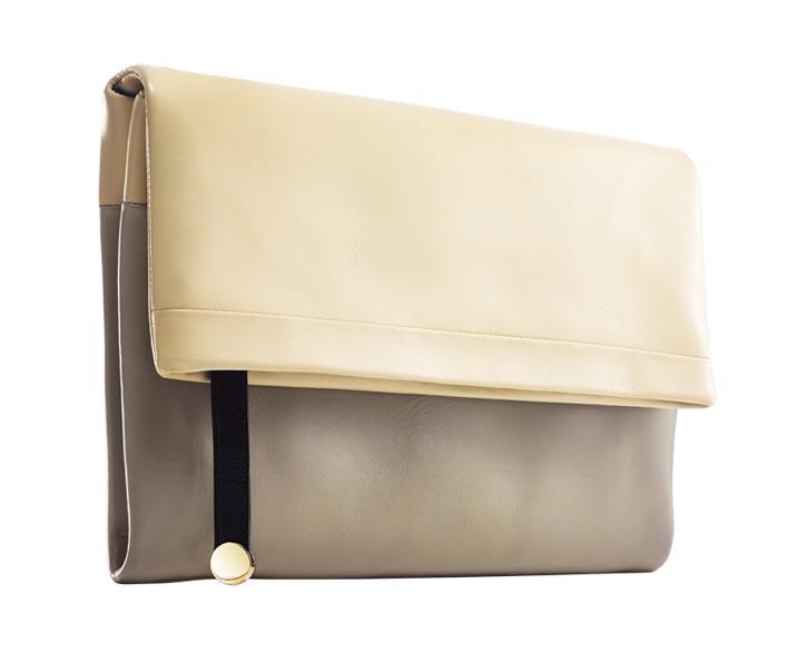 當漫步在紐約的公園和人行道上攫取靈感時,Francesca手中拿的總是Tiffany的Serena皮革手包,她認為這款拼色包非常具有藝術氣息。