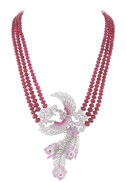 "Van Cleef & Arpels Birds of Paradise Collection ""Oiseaux Flamboyant"" Necklace 紅色尖晶石、紅色藍寶石和鑽石交相輝映,振翅高飛的鳳凰,在天空中撒下絢麗的煙火。 At Birks,www.vancleefarpels.com"