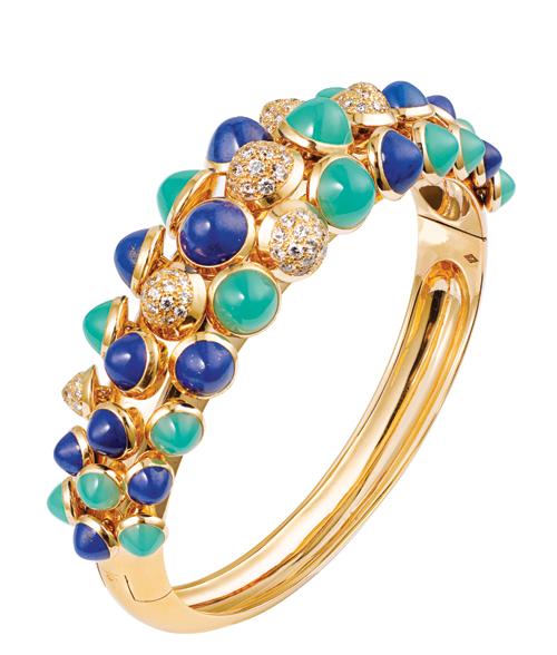 Cartier Paris Nouvelle Vague Bracelet & Necklace 天青石、綠玉髓和鑲嵌鑽石的珠子,在18K黃金上靈巧的躍動著,滿載著富貴和喜慶。 www.cartier.com