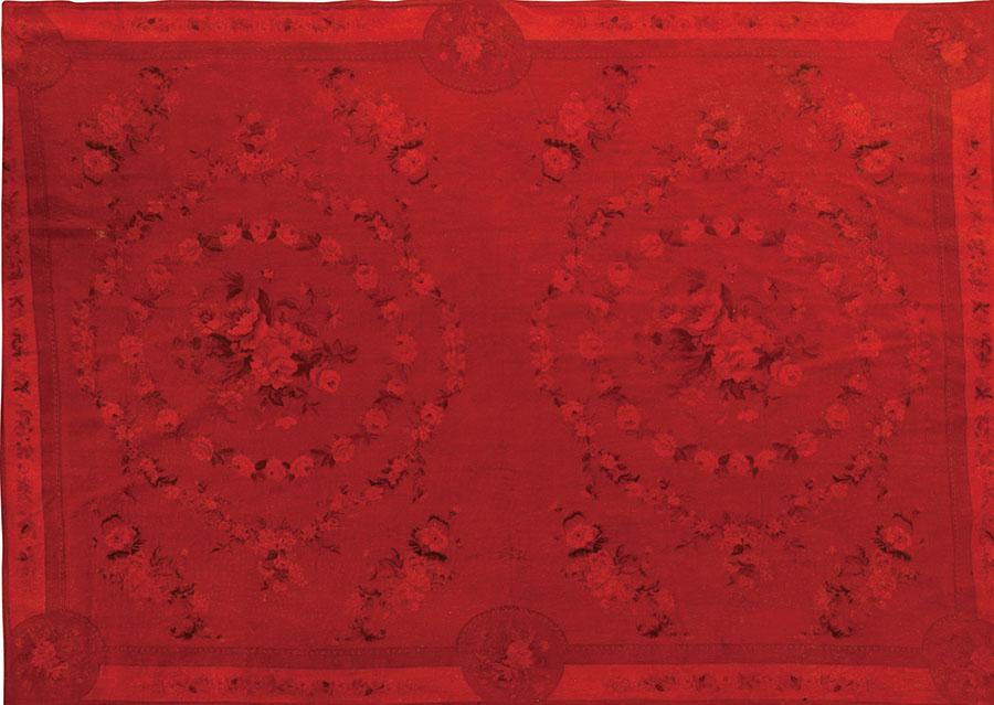 Roche Bobois Trianon Rug , $4,590 一方豔麗的紅花點燃了節日的喜慶和火熱,與家人盡享此時此地的溫暖和幸福吧! At Roche Bobois, 604 633 5005  roche-bobois.com