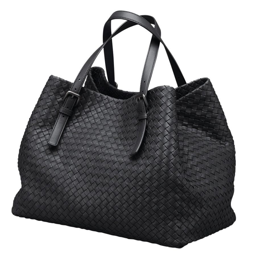 旅行的時候,她喜歡Bottega Veneta的手袋和Tumi的行李箱。