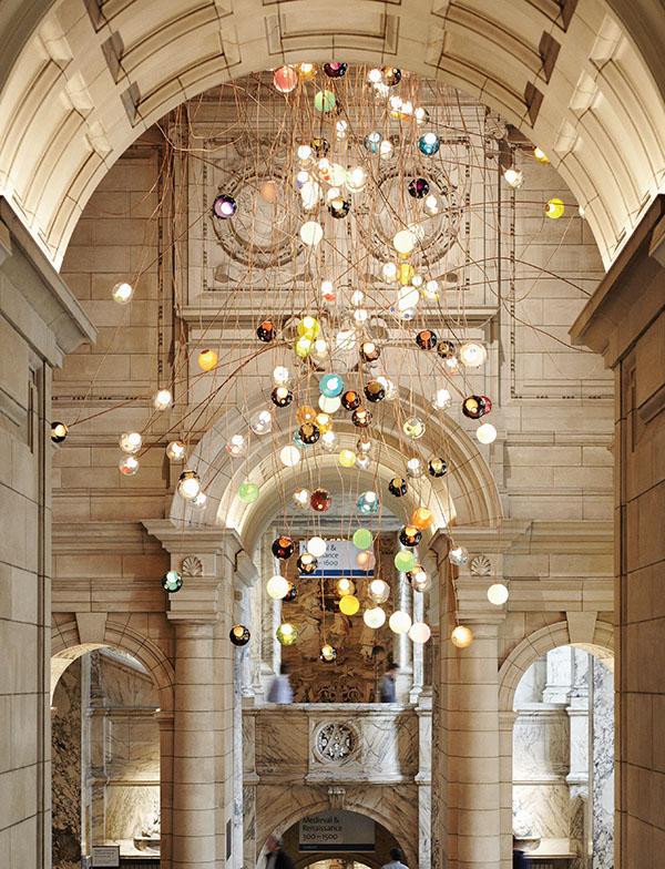 倫敦Victoria and Albert博物館內,由Omer設計的吊燈。由280個五彩的球形玻璃吊燈組成,閃耀在高達30米,如瀑布般傾瀉而下的銅絲上,蔚為絢麗壯觀。