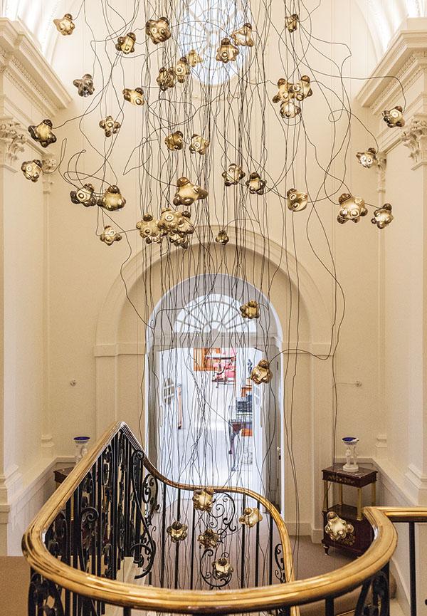 懸掛在Mallett古董店內的57系列燈具。手工打造的玻璃燈,每一個都有獨一無二的形狀。