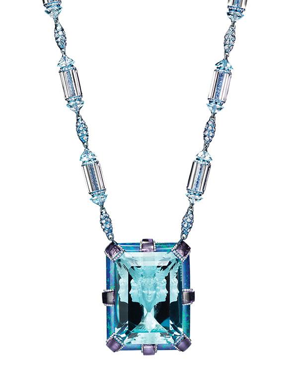 「乾坤日夜浮」吊墜項鏈,由一顆135.4克拉的海藍寶石(世英切割)、紫水晶、鑽石、藍色拓帕石、藍寶石和蛋白石打造。