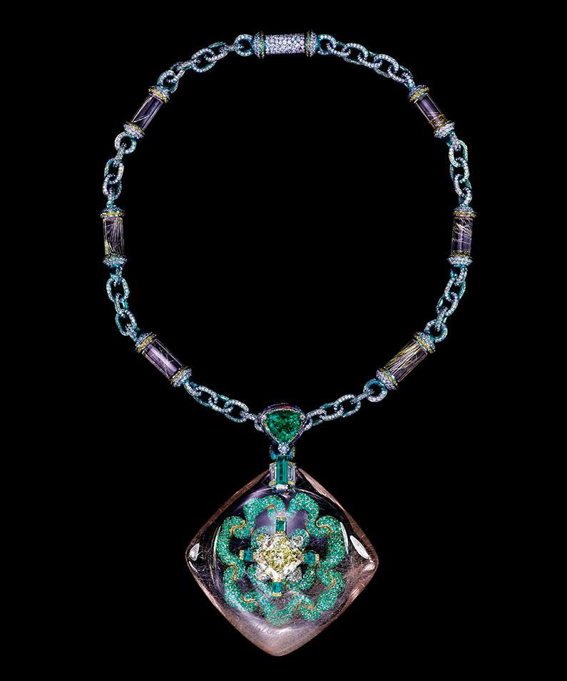 「真空妙有」頸鏈,髮晶1顆211.74克拉,中心黃鑽重10.05克拉。項鏈上鑲嵌祖母綠、彩鑽、紫水晶、髮晶。