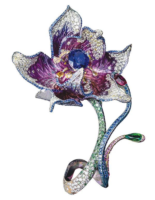 「御帶花」戒指中心藍寶石5.8克拉, 戒指由紅寶石、祖母綠、彩鑽、黃鑽及粉紅剛玉打造。