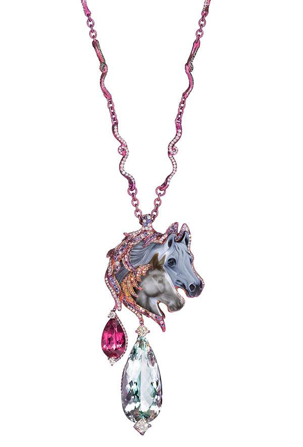 夢謠天馬頸鏈由一顆35.15克拉的瑪瑙,32.95克拉的海藍寶石、粉紅色碧璽、黃鑽、鑽石、藍寶石和石榴石打造。