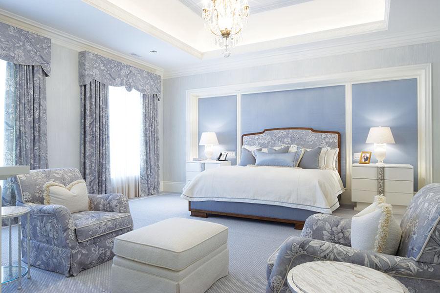 主臥房內訂製的牆壁裝飾板和床頭櫃,溫潤的色彩與藍灰色的牆壁和布藝相得益彰。