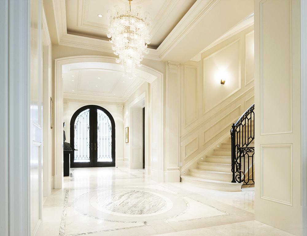 華麗典雅的門廳由波斯石灰石、西班牙米色大理石,以及紋理如流水般的縞瑪瑙打造。