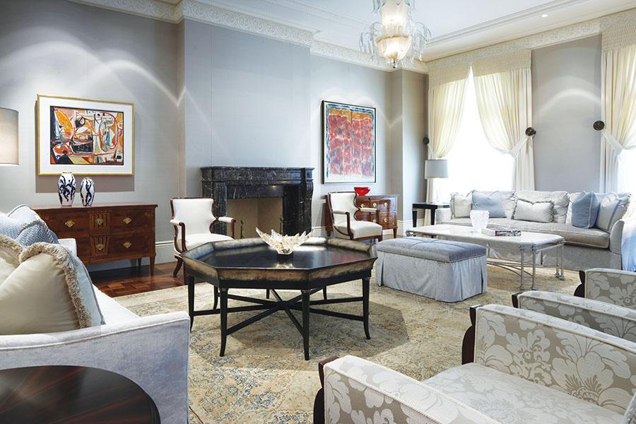 訂製的家具和華美的絲質波斯地毯營造出舒適閒逸的氛圍,讓正式的餐廳不乏親和。