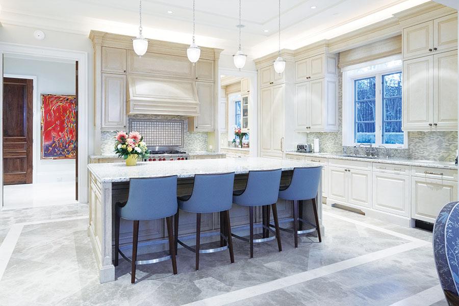 溫馨的廚房主要由淺色的石材和木材打造,內有兩處儲藏室。