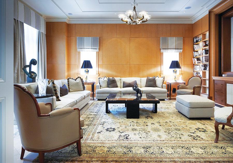 淺木色裝飾鑲板,華麗的波斯地毯和古董吊燈,家庭活動室奢華如上世紀四十年代的上流社會紳士會所。