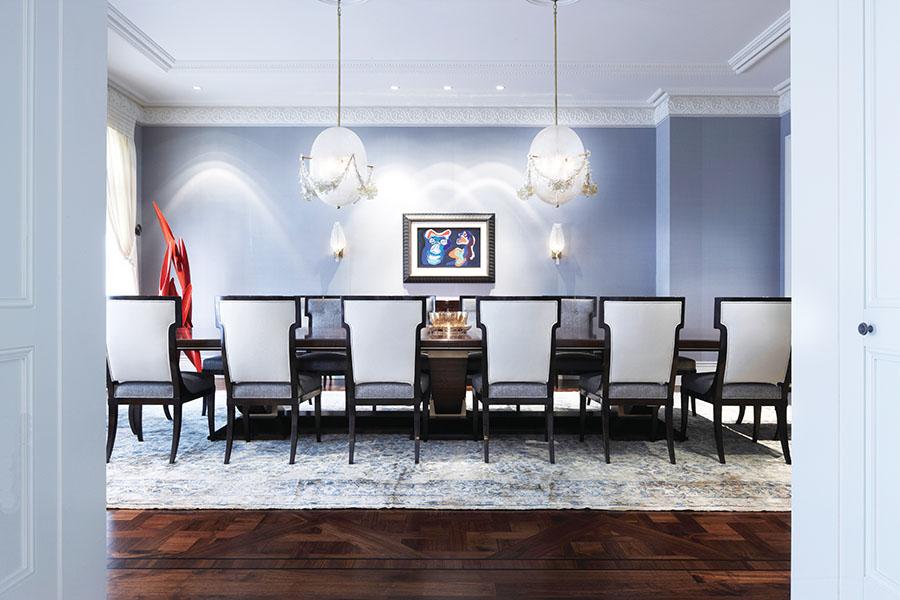 一對蛋形的吊燈懸掛在訂製的18英呎長的餐桌上,帶來意想不到的裝飾效果。