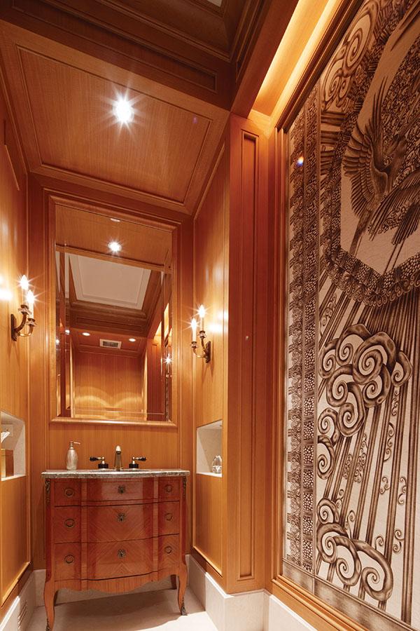 客用洗手間內的牆面裝飾靈感來自法國一個鐵藝大門的裝飾畫。