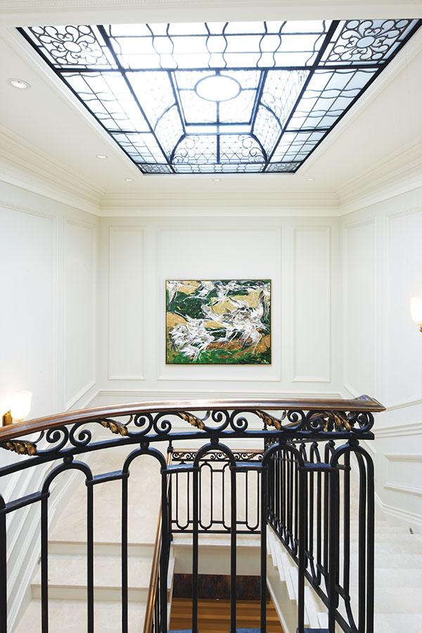 精美的鐵藝裝飾出現在樓梯扶手和三樓的天窗上。