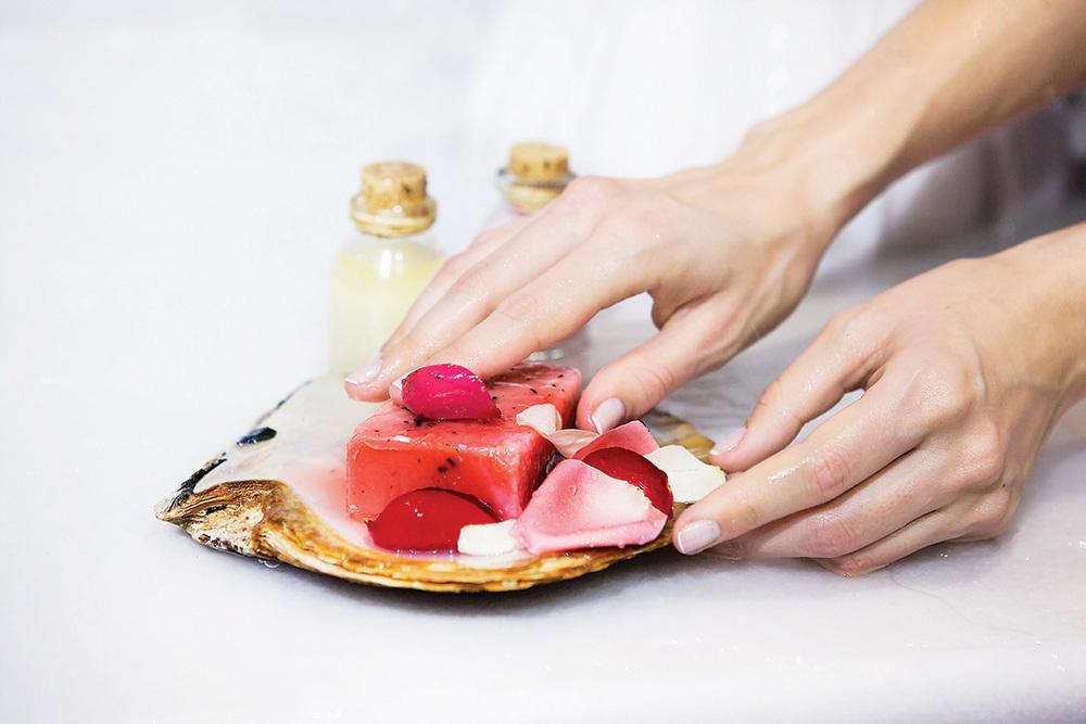 Ayasofya內傳統土耳其浴使用的橄欖油肥皂和鍍金沐浴碗。