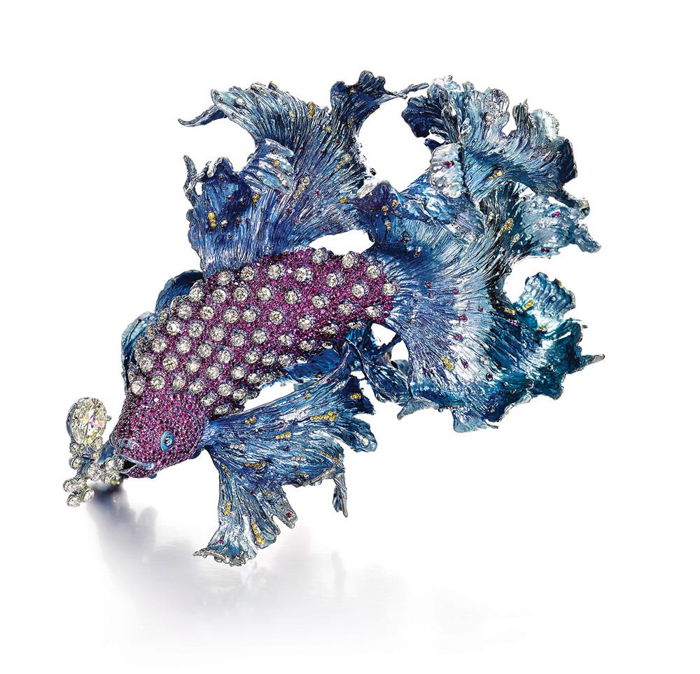 「浪裏淘花」肩針,一顆6.68克拉黃鑽,鑲嵌黃鑽、紅寶石、粉紅剛玉 。